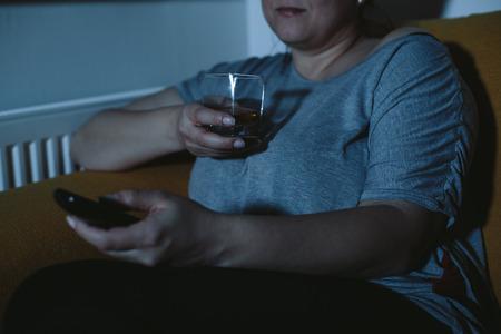 mujer viendo tv: Mujer gorda que ver la televisi�n beber whisky