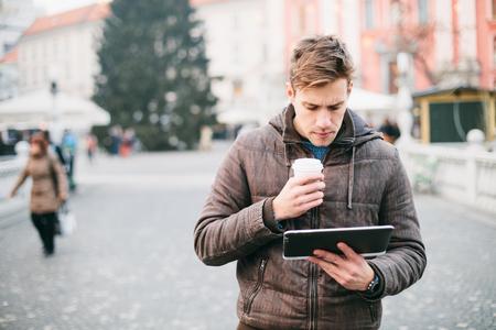 tableta: Mladý muž pomocí počítače tablet na ulici