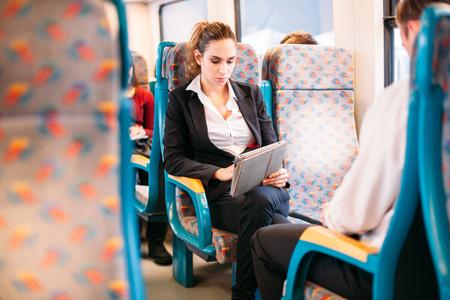젊은 millennial 사업가 기차 버스 태블릿 컴퓨터를 여행