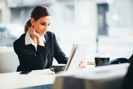 커피 숍에서 태블릿 컴퓨터를 사용하여 Millennial 젊은 사업가 스톡 콘텐츠 - 84923063
