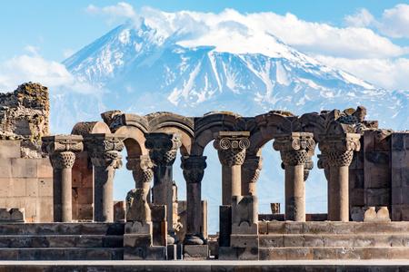Ruínas do templo Zvartnos em Yerevan, Armênia, com o Monte Ararat ao fundo Foto de archivo - 89443874