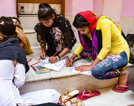 new Delhi, India, Feb 20, 2018 - Young women learn to sketch religious symbols from temple Éditoriale