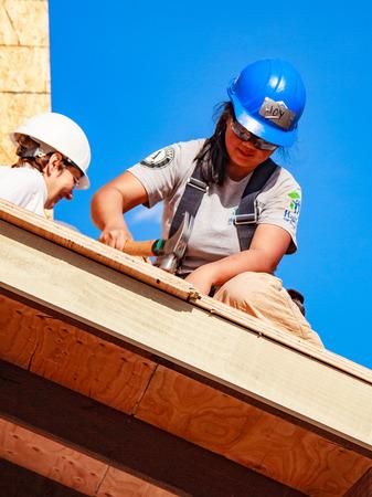 Oakland, Californie, USA - 22 janvier 2011: Les femmes construisent un toit pour la maison d'Habitat pour l'humanité. El Rincon Éditoriale