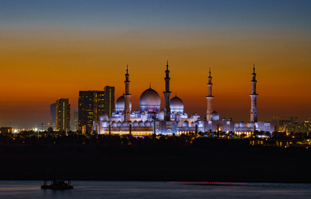 ABU DHABI, UAE, MAR 21, 2018: Sheik Zayed Mosque as seen at night Standard-Bild - 104577861