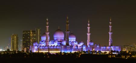 ABU DHABI, UAE,  Sheik Zayed Mosque as seen at night with moon Standard-Bild - 104579247