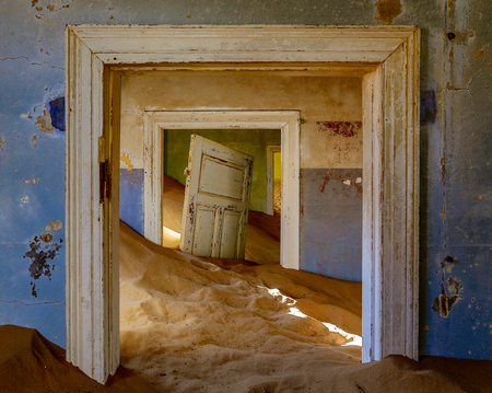 Sand has invaded and taken over these rooms in Kolmanskoppe, Namibia Stock fotó - 106461392
