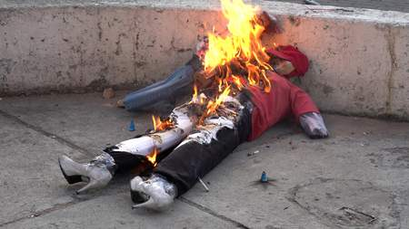 Cuenca, Ecuador - December 31, 2018 - Fireworks fire inside effigy representing bad from the Old Year as it is burned on the street Banque d'images - 117389436