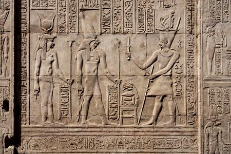 Tallas de jeroglíficos de piedra en el templo de Kom Ombo, cerca de Luxor. Foto de archivo
