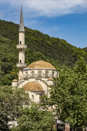 One of the 2990 active mosques in Instanbul, Turkey Standard-Bild - 128585295