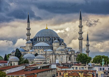 The Blue Mosque in Istanbul, Turkey, is viewed from the rooftop of the Grand Bazaar, sitting on a hilltop surrounded by homes. Imagens - 128584163