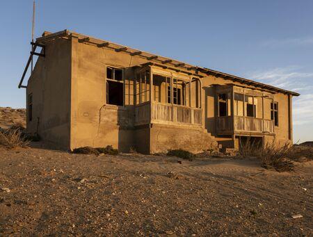 Abandoned buildings are left to rot in Kolmanskoppe, Namibia Standard-Bild - 128584521