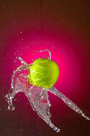 Water Splashing on Green Apple wet fruit throw Standard-Bild - 128584773
