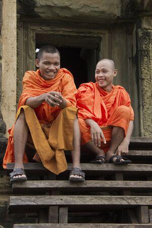 Siem Riep, Cambodia - Oct 9, 2011: Monks Sitting On Steps of Angkor Wat, Cambodia Publikacyjne