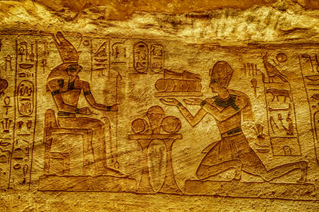 Stone Bas Relief Images Carved Into Wall at Luxor Temple in Aswan Egypt. Foto de archivo