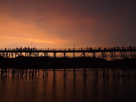 lia: Mon bridge.