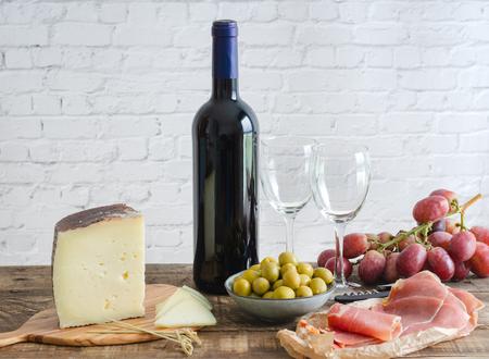 Vorspeisen typisch für Spanien. Essen und Trinken. Ansicht schließen Standard-Bild