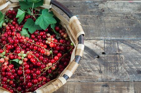 Currants in basket on wooden background. Copy space. Top view. Banque d'images - 132268535