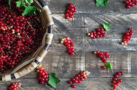 Currants in wooden basket on dark wooden background. Flat lay. Banque d'images - 132268539