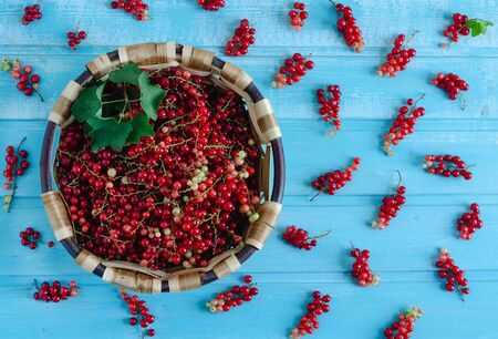Currants in basket on blue wooden background. Flat lay. Banque d'images - 132268547