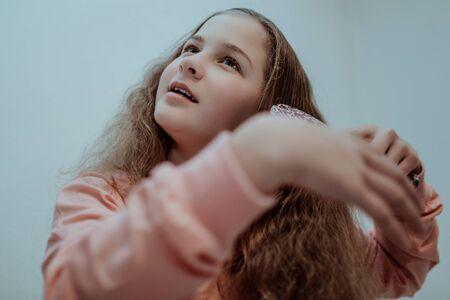 Little girl combing her hair. Banco de Imagens