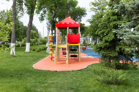 Equipo Moderno Para Juegos. Patio Colorido Moderno De Los Niños En ...