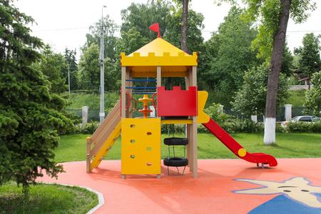 Equipo moderno del patio. Patio colorido moderno de los niños en yarda en el parque. Imagen para fondo de parque infantil, actividades en parque público. Foto de archivo
