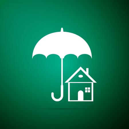 Haus mit Regenschirm-Symbol auf grünem Hintergrund isoliert. Symbol für die Immobilienversicherung. Immobiliensymbol. Flaches Design. Vektorillustration