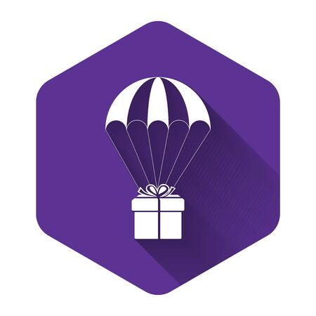 White Gift box flying on parachute icon isolated with long shadow. Delivery service, air shipping concept, bonus concept. Purple hexagon button. Vector Illustration Stock Illustratie
