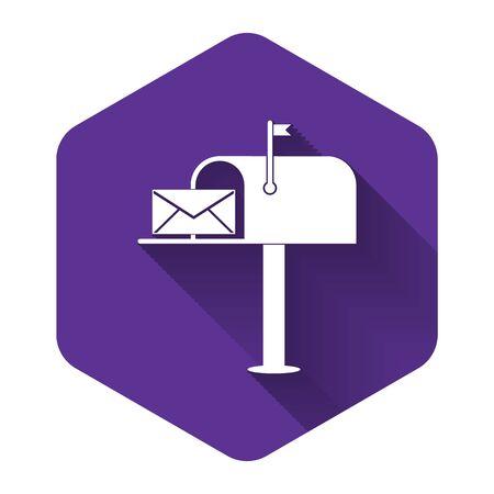 Casella di posta elettronica aperta bianca con un'icona della busta isolata con ombra lunga. Pulsante esagonale viola. illustrazione vettoriale