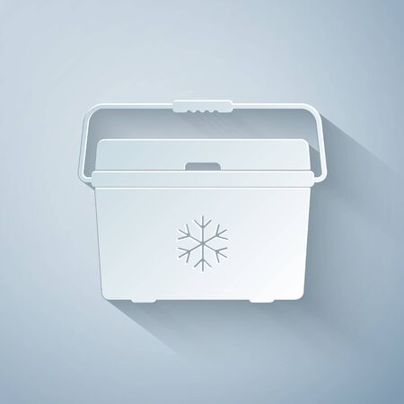 Paper cut Cooler bag icon isolated on grey background. Portable freezer bag. Handheld refrigerator. Paper art style. Vector Illustration 向量圖像