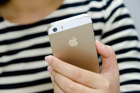 girl using iphone 5s