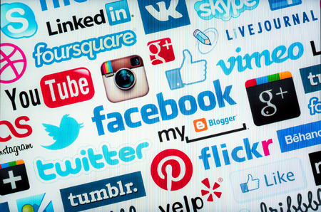 connect people: Bangkok, Thailandia - 29 marzo 2014: i loghi di social media come Facebook, Flickr, Pinterest. Social media utilizza la tecnologia web e mobile per connettere le persone.