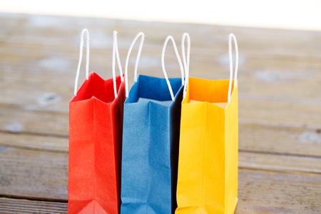 가벼운 배경 흐리게에 테이블에 다채로운 종이 가방