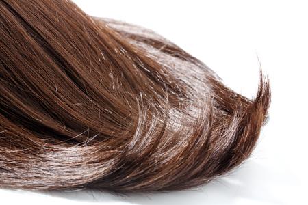 Stuk bruin haar op witte geïsoleerde achtergrond