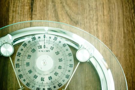 木製の床のガラス床の重量スケール、クローズアップ