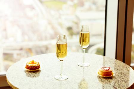 Closeup di deliziosa torta e bicchiere di champagne sul tavolo del marmo Archivio Fotografico