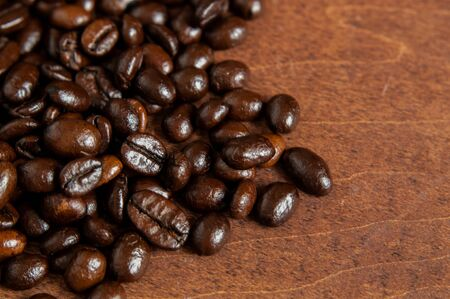 Freshly roasted scattered dark coffee beans, with mood filter, close up, negative space Standard-Bild
