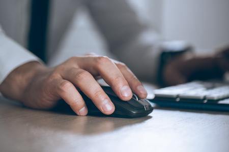 Hand auf die Maus. Geschäftsmann Computer. Geschäftserfolg, Vertrag und wichtiges Dokument-, Schreibarbeits- oder Rechtsanwaltskonzept. Mann im Büro Standard-Bild