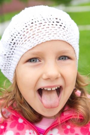 meisje toont tong
