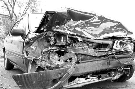 Un coche destrozado pone en espera después de un accidente de coche vicioso.