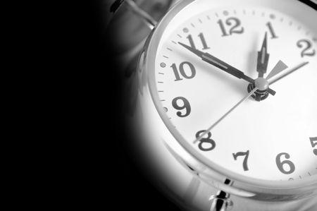 despertador: Reloj de alarma de doble campana aislado en un fondo negro.