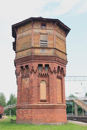 wody wieży: Old water tower near the railroad