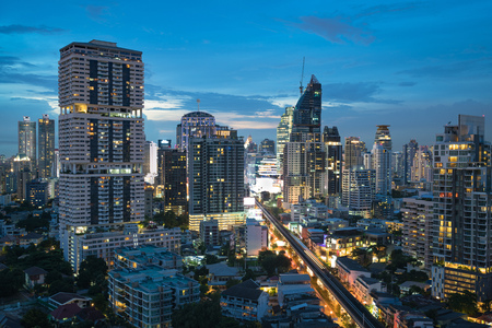 Bangkok city at dusk overlooking Sukhumvit road 版權商用圖片