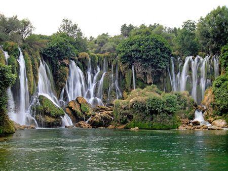 Beroemde Kravica-watervallen in Bosnië-Herzegovina