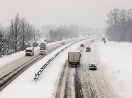 Sneeuw calamiteit op de snelweg met veel auto's