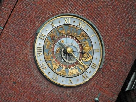 cronologia: Reloj Astronómico en el Ayuntamiento de Oslo Edificio Foto de archivo
