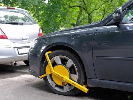 Wielklem gemonteerd op verkeerd parkeren auto