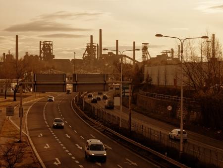 Highway en zwarte kolenmijnen in Ostrava, Tsjechië