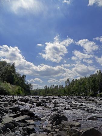 Arroyo de monta�a con peque�as ca�das de agua y el cielo azul Foto de archivo - 14870244