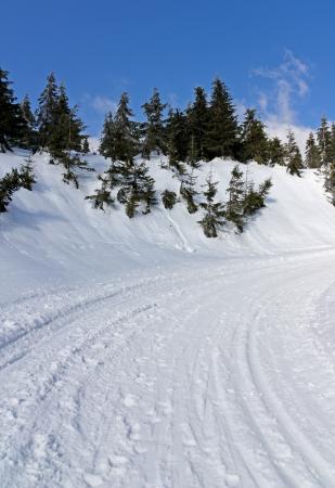 Winter weg met een steile helling aan de linkerkant